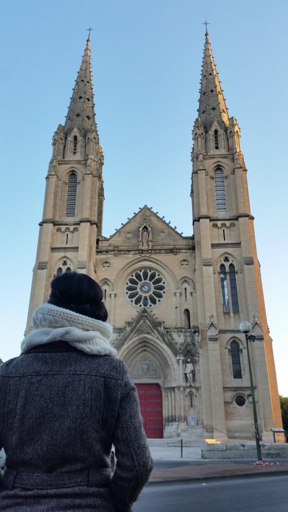 Aku berdiri di depan Léglise Saint-Baudile de Nîmes