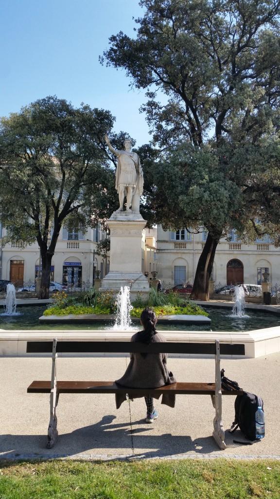 Patung Antonin yang berada di alun-alun di kota Nîmes di departemen Gard. Yang terletak di persimpangan jalan Quai de la Fontaine.