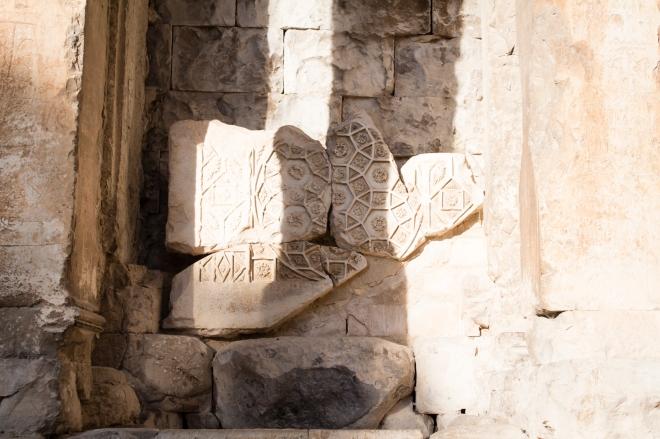 Terdapat sisa batu bermotif dengan ciri khas bangsa Roma