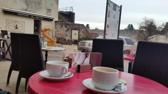 Karena orang perancis mereka suka minum kopi, dan aku malah kebalikannya jadi aku memesan Coklat panas, karena di pagi hari cuaca lumayan dingin